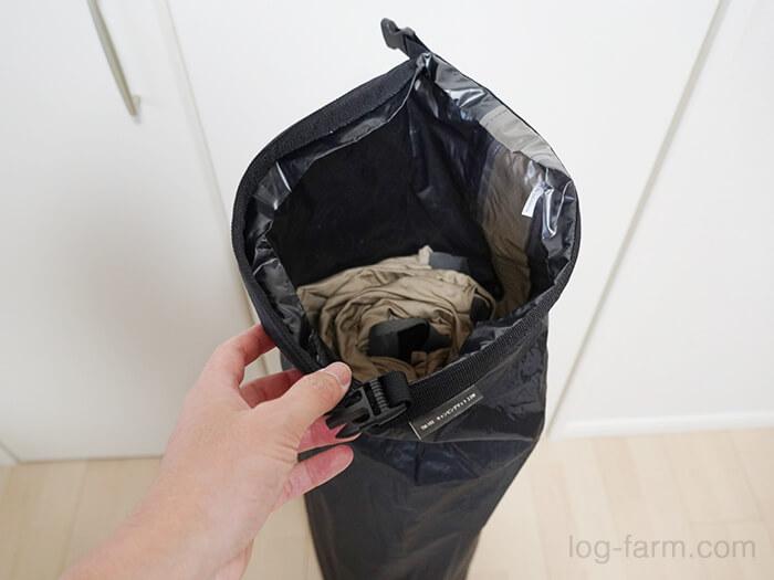 収納袋にマットを入れる
