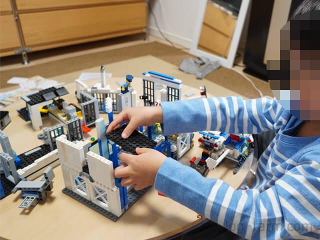 ワンアクションちゃぶ台竹の上でレゴを組み立てる子供