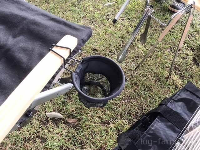 キャンプでローチェア30に装着されたローチェアカップホルダー