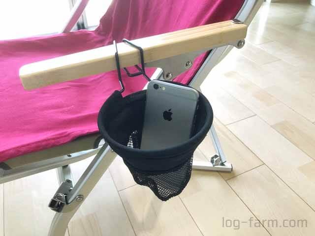iPhoneをローチェアカップホルダーに挿入