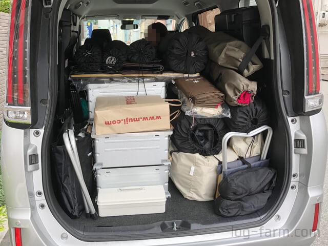 車に積み込まれたキャンプの荷物