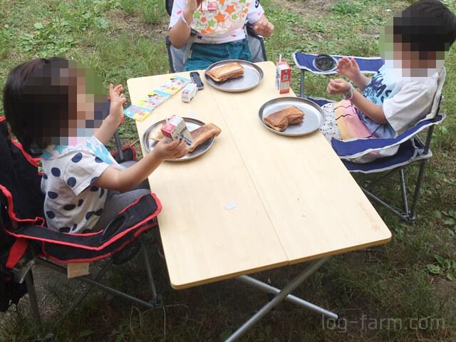 ワンアクションローテーブル竹で食事する子供たち