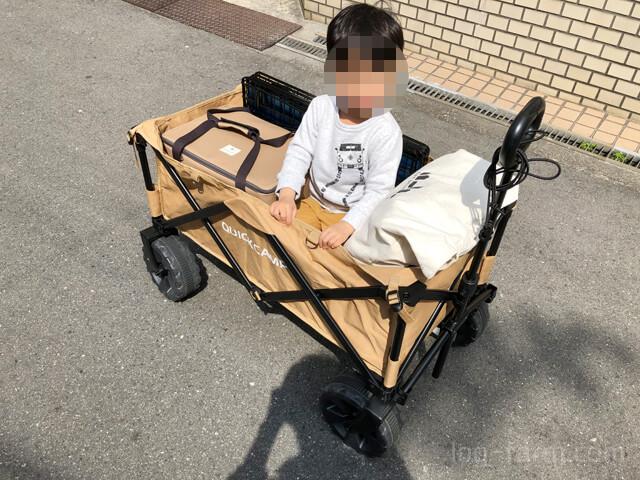 アウトドアワゴンに乗る子供