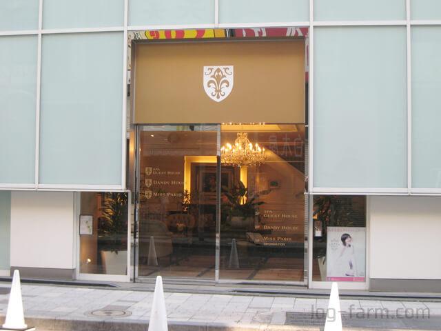 ダンディハウス新宿本店の入口