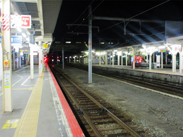 夜の駅のプラットホーム