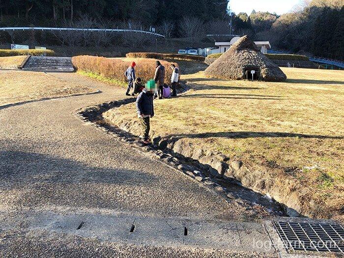 凍った川で遊ぶ子供たち