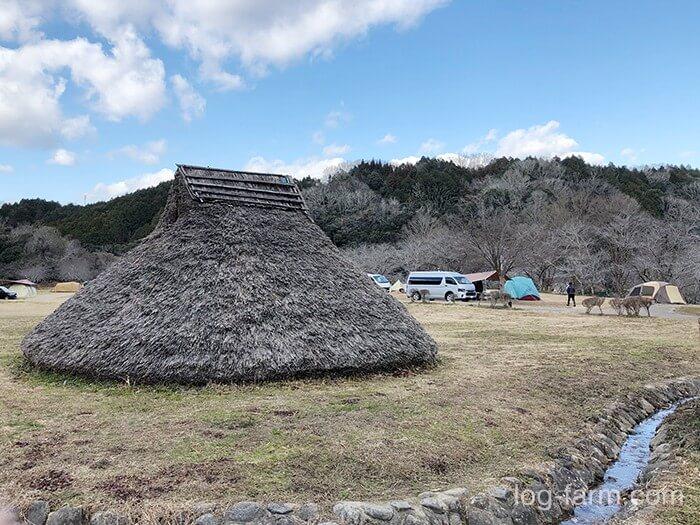 竪穴式住居とサイトの距離感