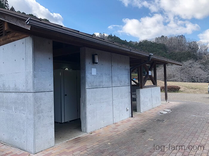 カントリーパーク大川のキャンプ場敷地内のトイレ