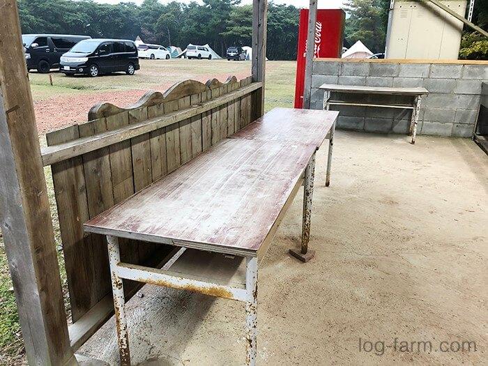 グリム冒険の森キャンプ場の炊事場にあるテーブル