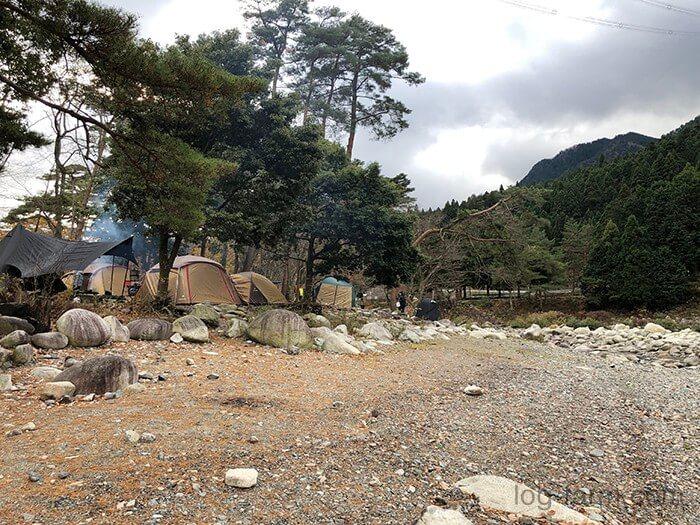 川にアクセスしやすい林間サイト