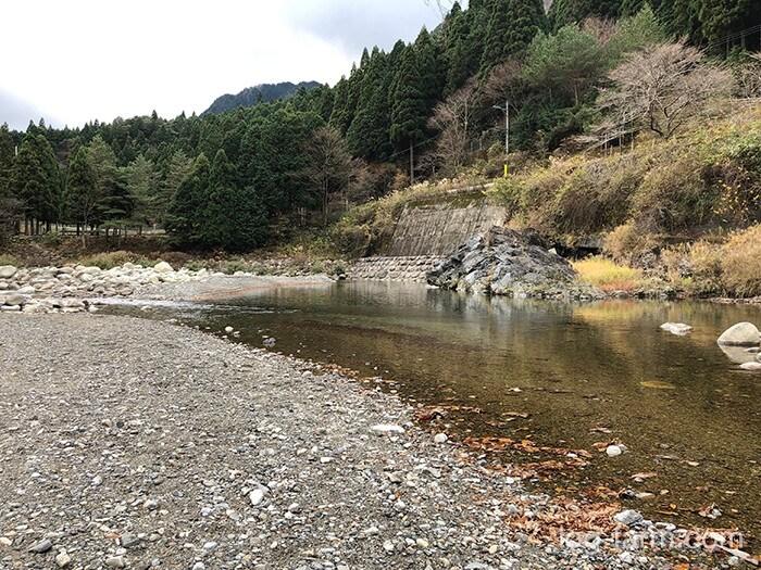 黄和田キャンプ場のすぐそばで川遊びもできる