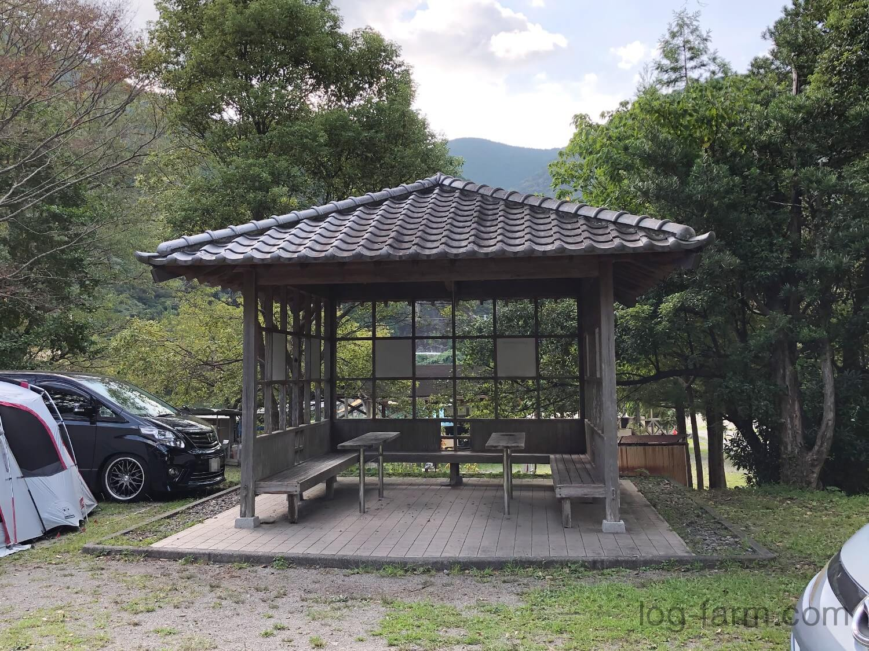 東屋(屋根付きスペース)