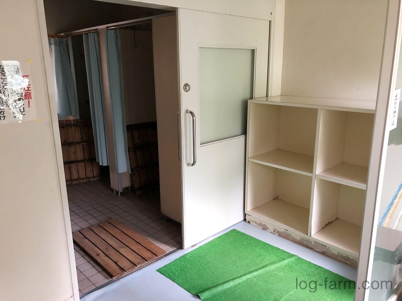 シャワー室の脱衣スペース