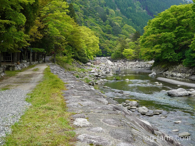 周囲が開けて川が見えたら深山キャンプ場に到着!