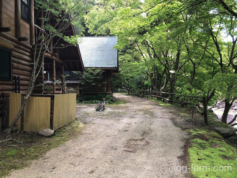 深山キャンプ場の2つのログハウス