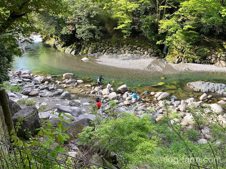 深山キャンプ場の前を流れる愛知川