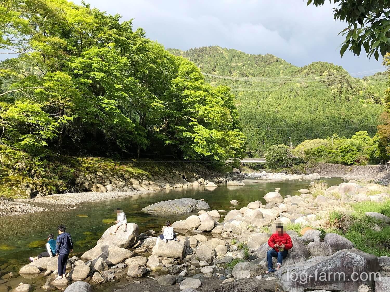 川で釣りを楽しむ子供たち