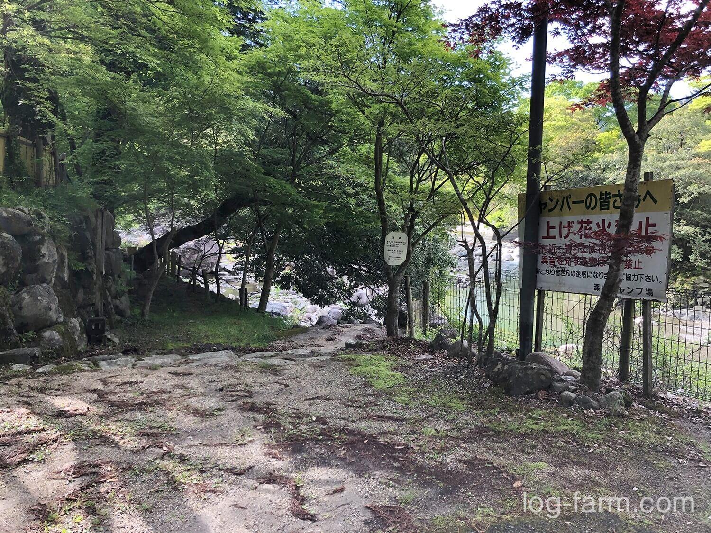 深山キャンプ場から川への通路