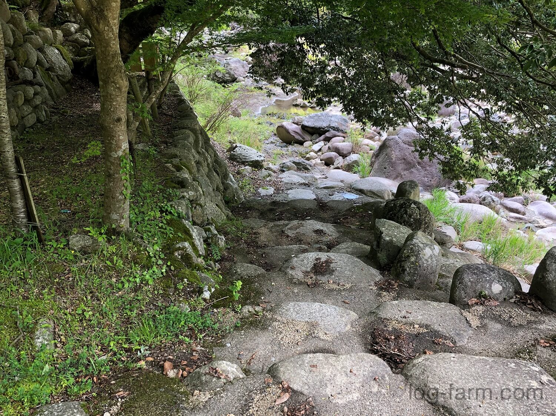 川へ向かう石段