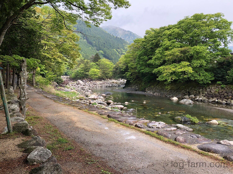 サイトの目の前を流れる川