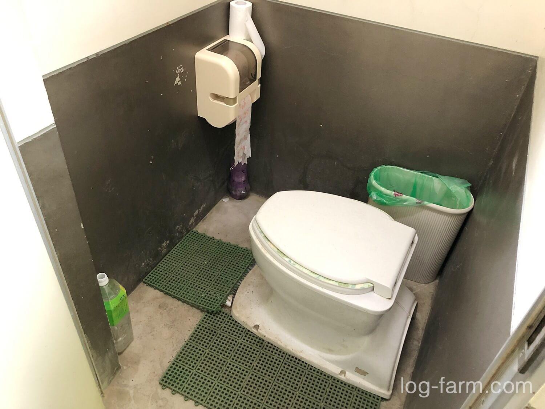 簡易便座がセットされた簡易洋式トイレ