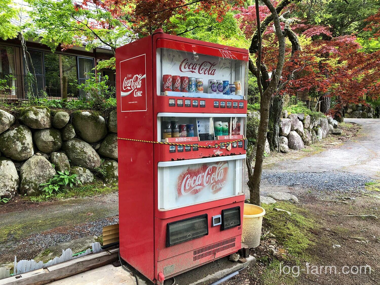 深山キャンプ場の自動販売機