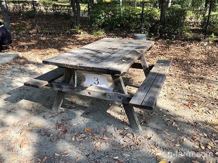 サイト横にテーブル・ベンチ完備