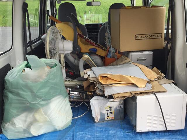 車に積み込まれた大量の放置ゴミ