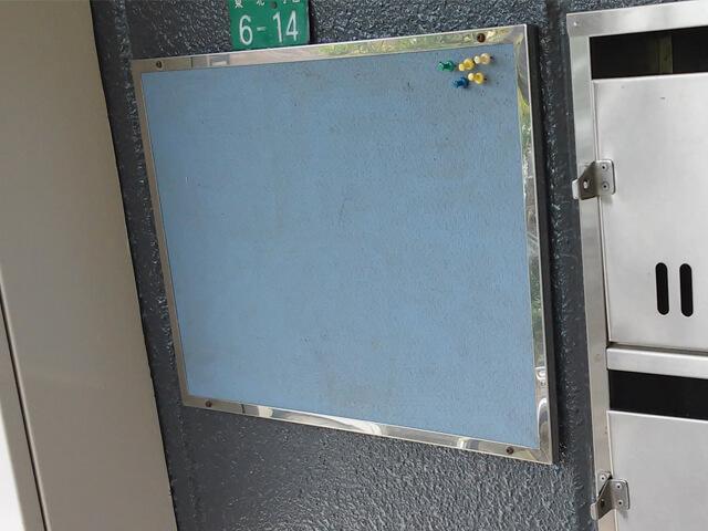 アパートの古い掲示板