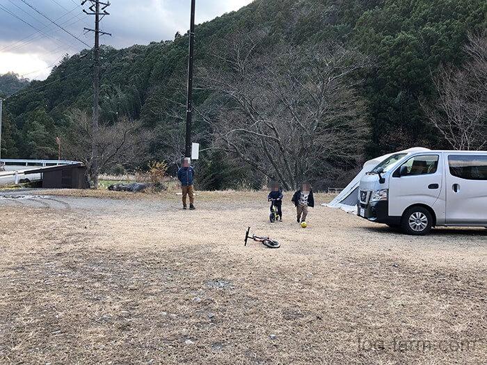 荒滝キャンプ場のフリーサイトでボール遊び
