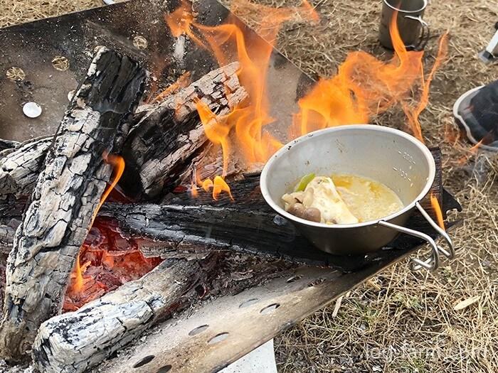 冷めた火鍋も焚き火で復活