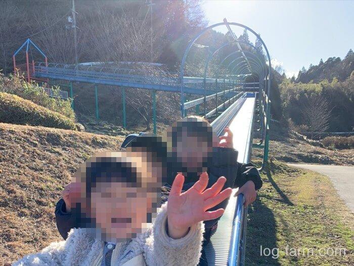 滑り台で楽しむ子供達