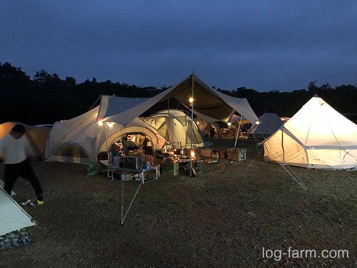グリム冒険の森の夜のキャンプサイト