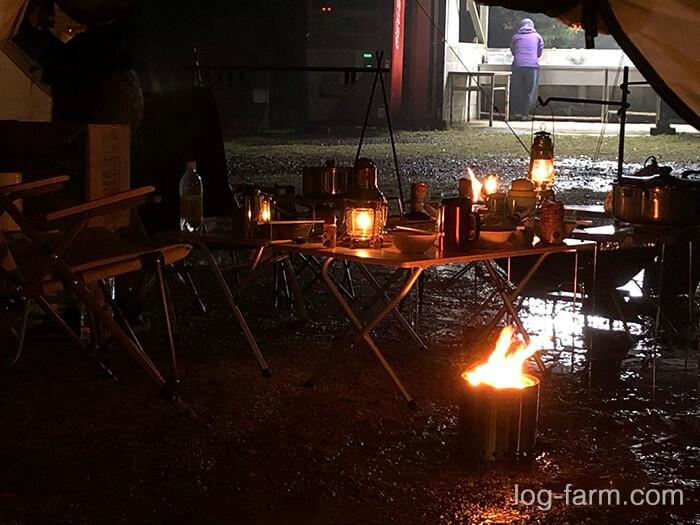夜のランタンと焚き火