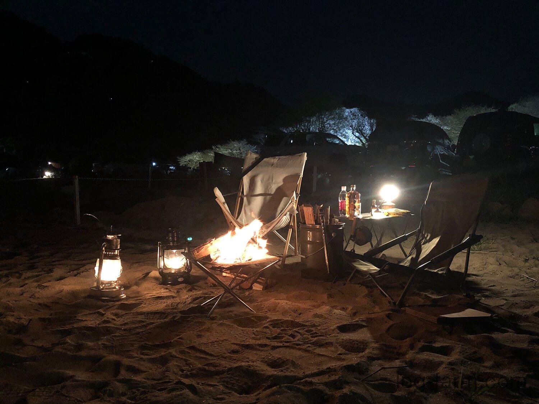 砂浜で焚き火