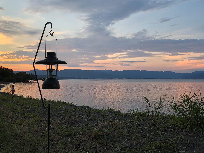 夕方の琵琶湖とランタン