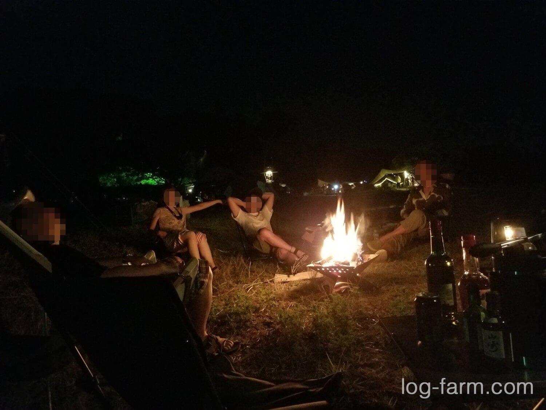 フラット焚き火台の焚火を囲む