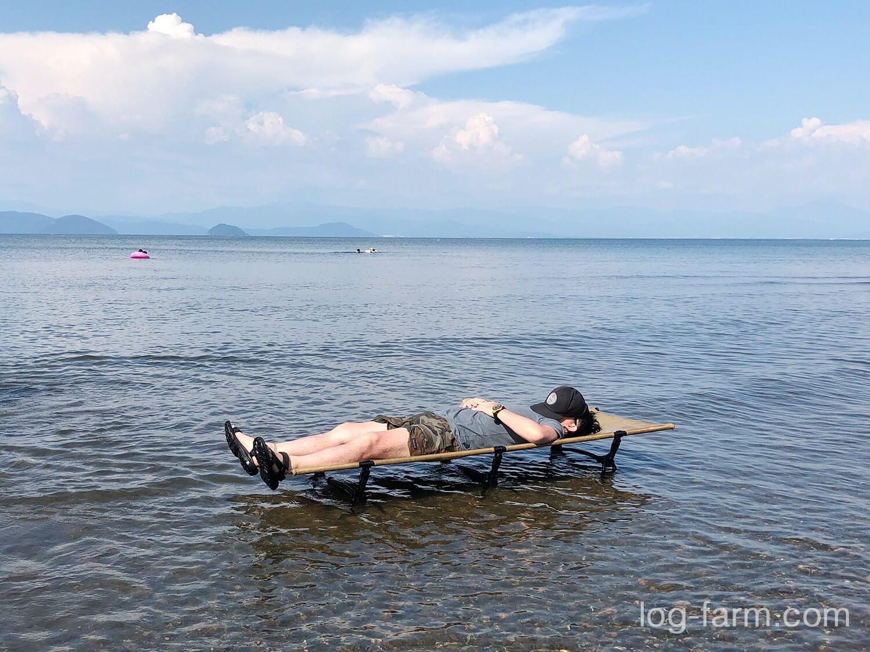 琵琶湖にコットを浮かべて昼寝