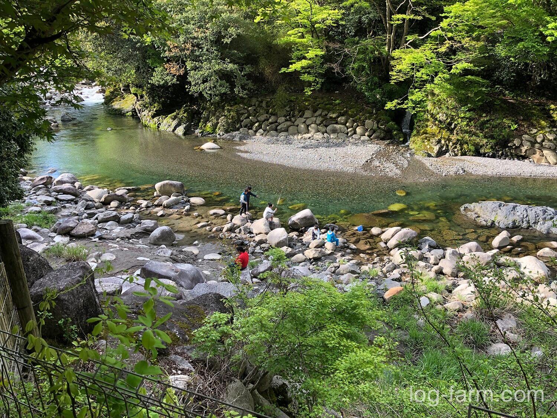 深山キャンプ場の前の川で遊ぶ子供達