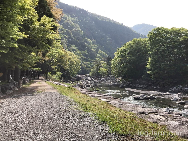 深山キャンプ場から道を挟んで目の前が川