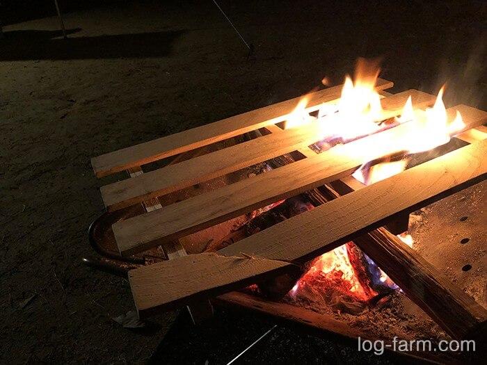折れたスノコも焚き火の燃料に