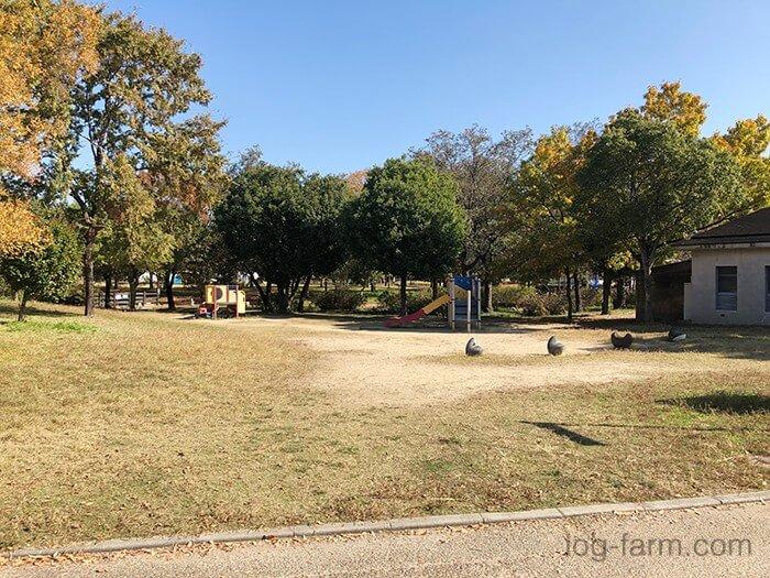 鶴見緑地キャンプ場前の遊具と広場